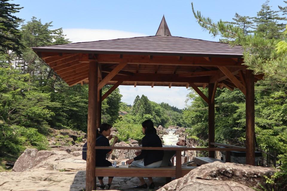 一邊在涼亭賞溪、一邊吃著團子、喝綠茶,對當地人來說是生活中一大享受。
