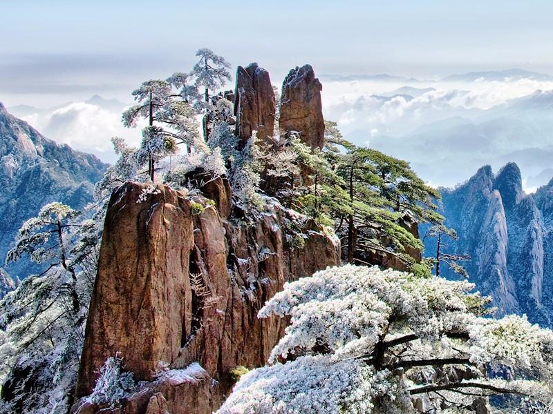 冬天黃山有著與其他季節截然不同的美感,用雪綴成的銀色世界,極盡蒼茫無垠,雲霧和雨更造就了霧淞、雨淞以及冰掛的奇景。(圖:欣傳媒)