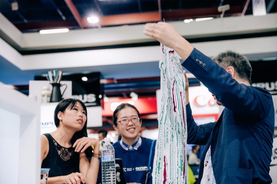 廣田泉現場一邊展示「手拭巾」的實際大小,一邊解說他所延伸的創作概念(此物非廣田泉的作品)/圖攝 楊小尾