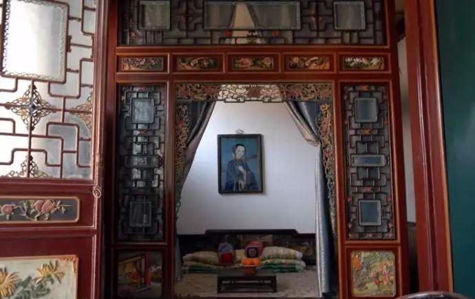 周家大院,雕花木床床頭牆上所掛的畫中人就是傳奇人物周瑩(圖:擷取自read01.com)