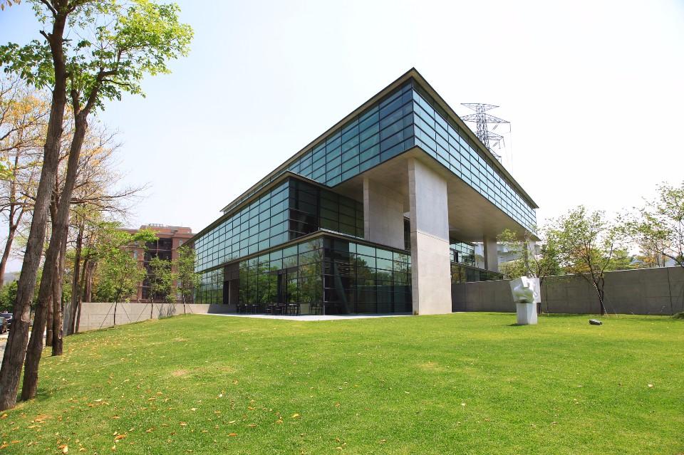 「亞洲大學現代美術館」為安藤忠雄在台灣的首座設計建築。(Flickr授權作者-Forgemind ArchiMedia)