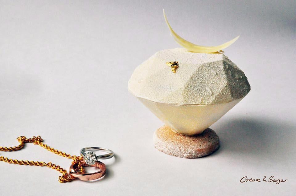 「甜忌廉甜點店」將一百克拉的鑽石化身甜點,相當浪漫。(圖片來源/甜忌廉甜點店FB粉絲團)
