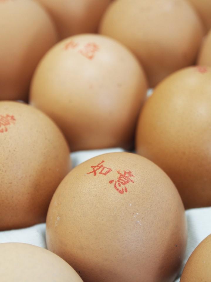 店內也可以買零散的雞蛋,真的有雜貨店的感覺。(陳德偉攝)