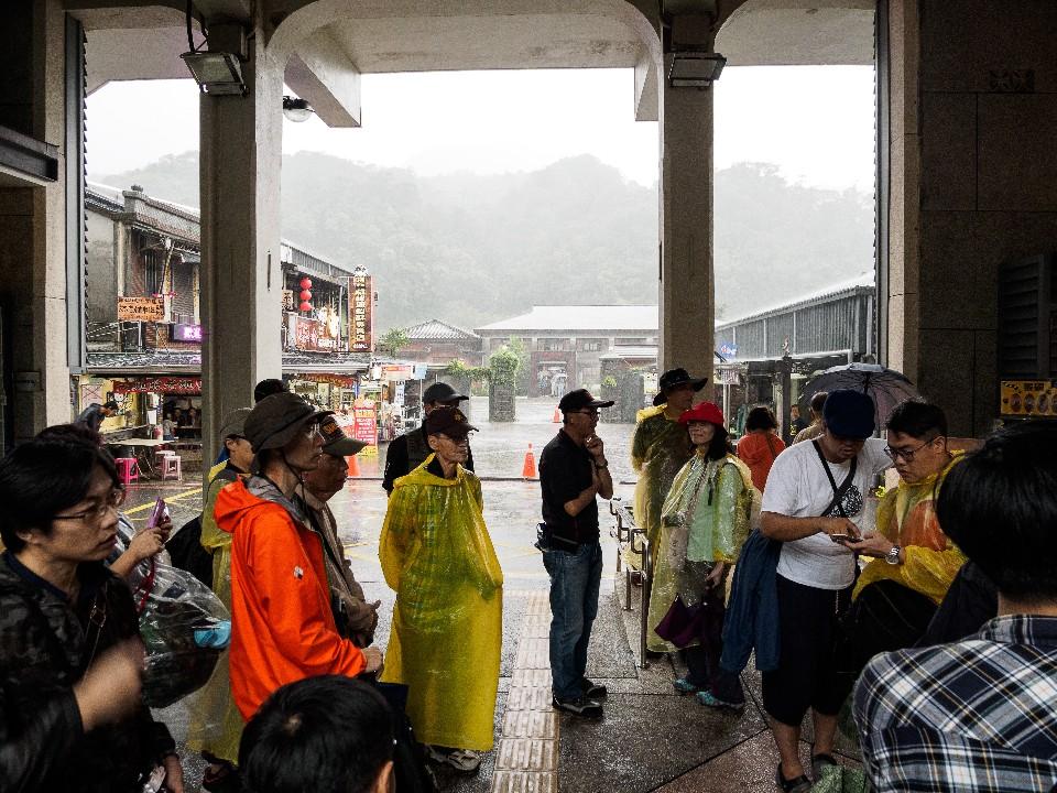 猴硐車站正門口附近都有不少小店,拍攝之餘可以多走走逛逛~ 圖/OLYMPUS提供