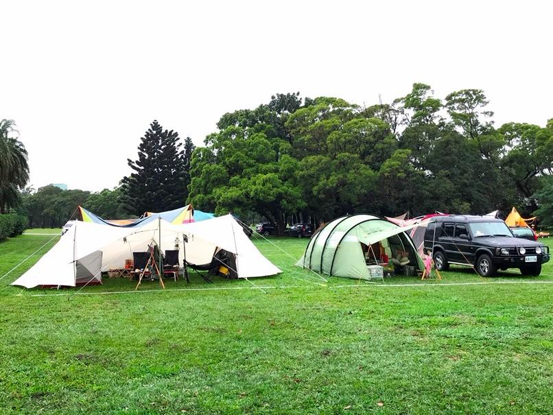 在綠地上紮營,準備迎接周末的戶外露營音樂祭。
