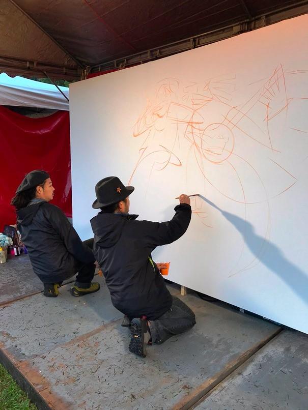 由djow和8g組成的日本畫家2人組,抓住現場氣氛和音樂節奏,進行現場即席作畫表演。