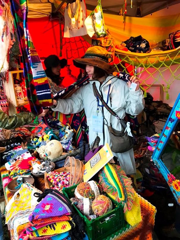 兜售尼泊爾雜貨的攤位商品繽紛可愛。