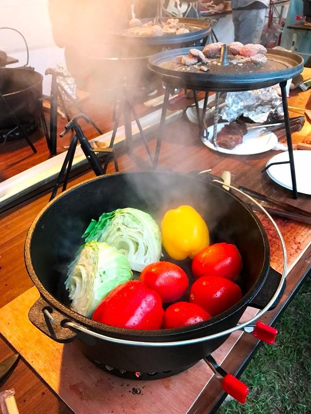 剛出爐的鑄鐵鍋鮮蔬料理。