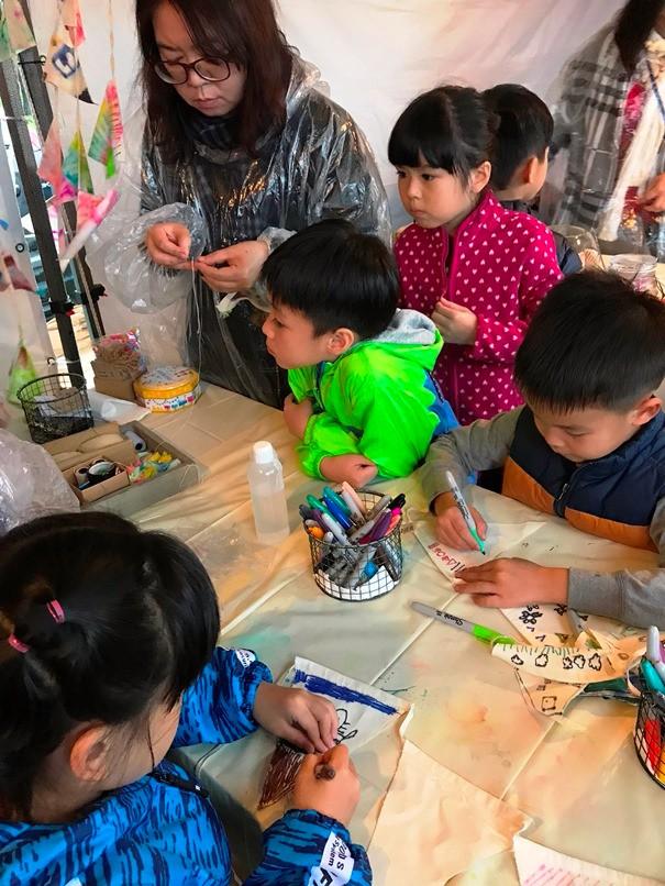 三角旗幟親子DIY彩繪課程深受家庭露友的歡迎。