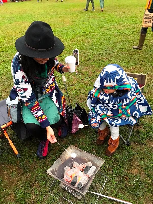 大小朋友開心地體驗燒烤棉花糖活動。