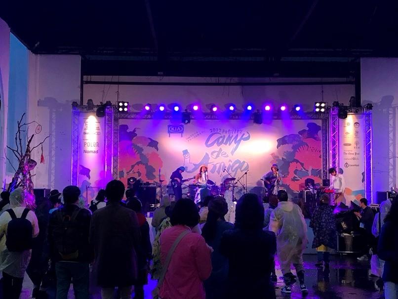 入夜伴隨絢麗的燈光,音樂祭活動現場氣氛更加熱鬧。