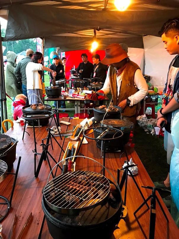 露營界名人長野修平老師的鑄鐵鍋料理課程現正進行中。