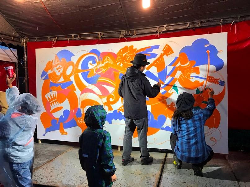 即席作畫的 GRAVITY FREE雙人組,吸引許多人駐足觀賞。