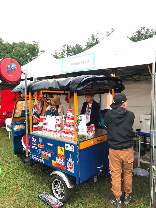 露營現場可愛造型的餐車。
