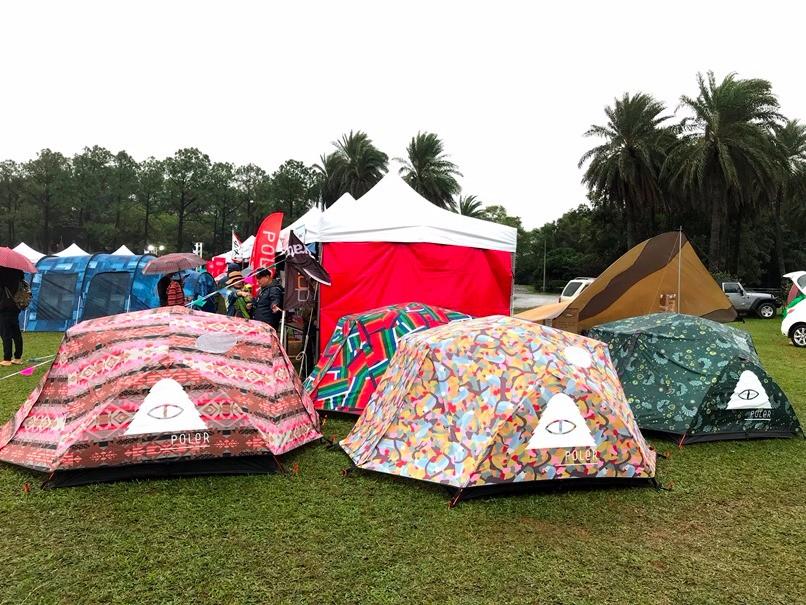幾何圖形、繽紛樣式的營帳一個個將綠色草皮妝點得俏皮可愛。