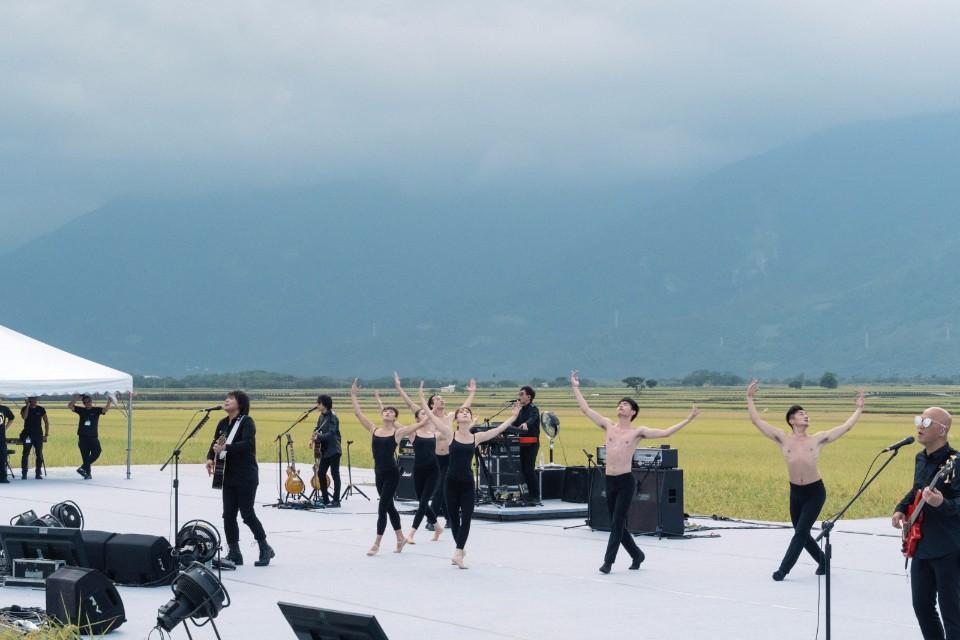 當天現場除了Live Band,還有一群現代舞者穿梭其中(攝影:羅元成)