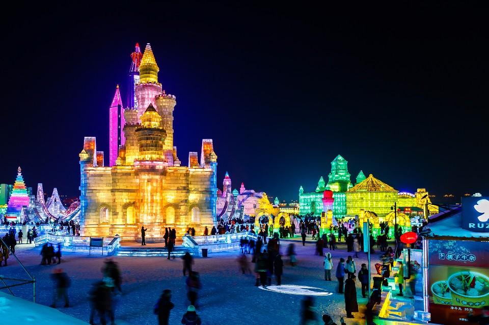 哈爾濱冰雪節即將於12/25 開幕,「冰雪大世界」冰雕展入夜後在LED 燈照映下呈現五光十色,非常夢幻。(圖/雄獅旅遊)
