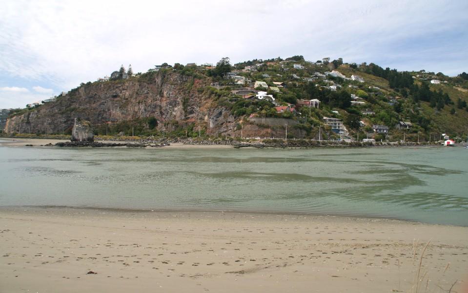 沙灘對岸的Peacocks Gallop峭壁,與河口中間(圖片左側)名為鸕鶿岩(Shag Rock)的獨立岩塊