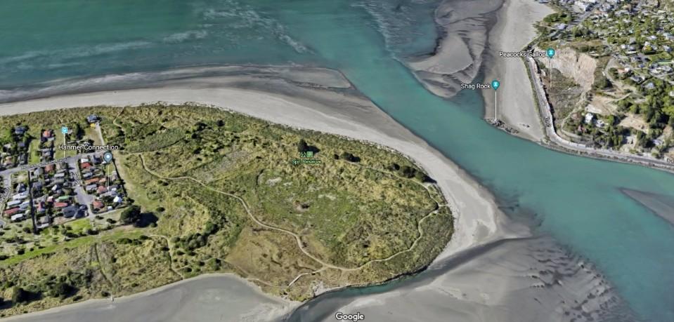 Google Map空照圖, 地圖右上有標示出保護區河口對岸的Peacocks Gallop峭壁和鸕鶿岩(Shag Rock)。