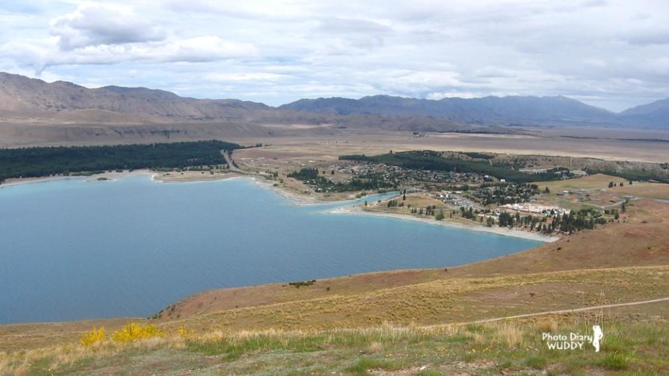 於山腰回望山腳下的Lake Tekapo小鎮