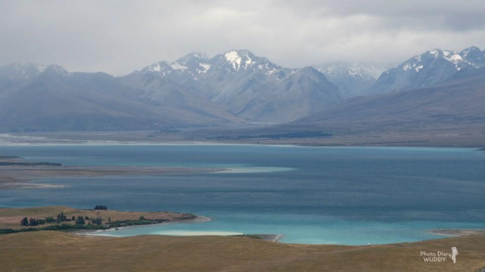 從Mt John遠眺Lake Tekapo及遠山,這悠然靜謐的景色,很容易讓人看到出神…