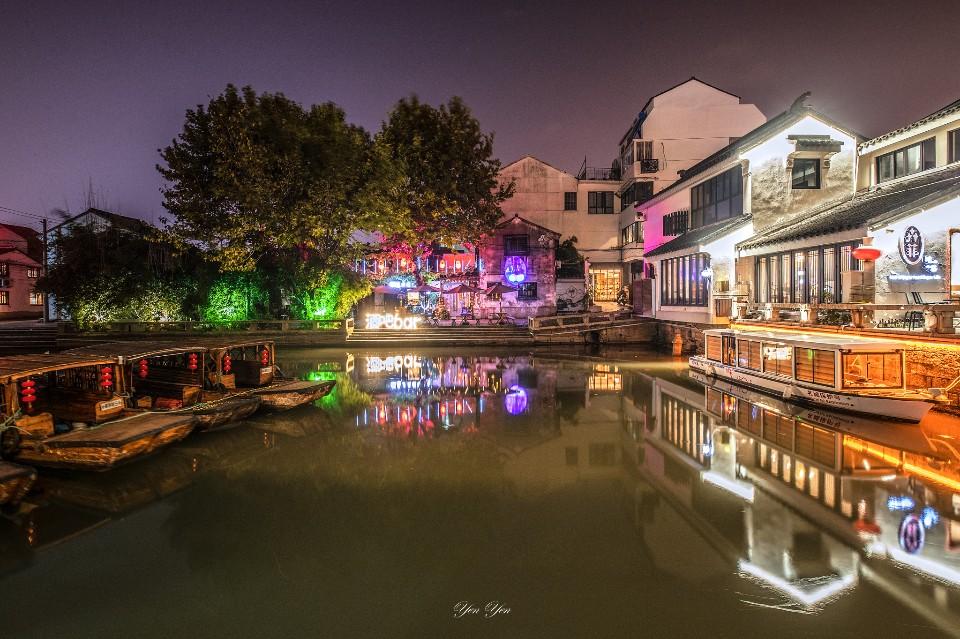 巧奪天工的雕花樓,園林的精粹,蘇州博物館那饒富現代與時代的建築;除了小橋流水人家的民生風情之外,蘇州還有更多可說的故事。平江路夜景/圖 鄭妍妍提供