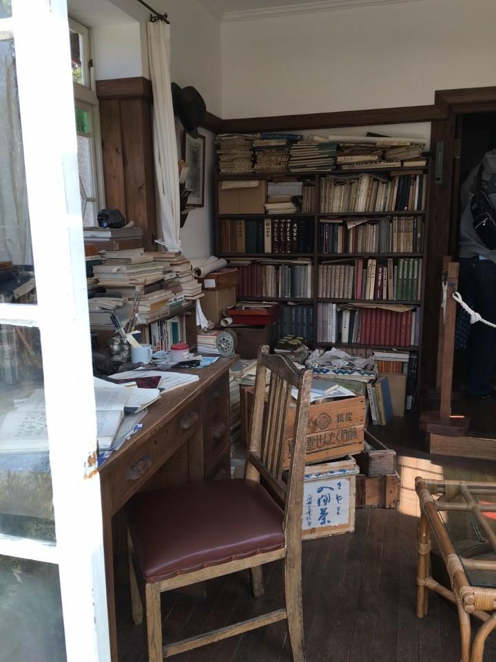 ►小梅爸爸的書房,超多真的老書,不是模型擺設