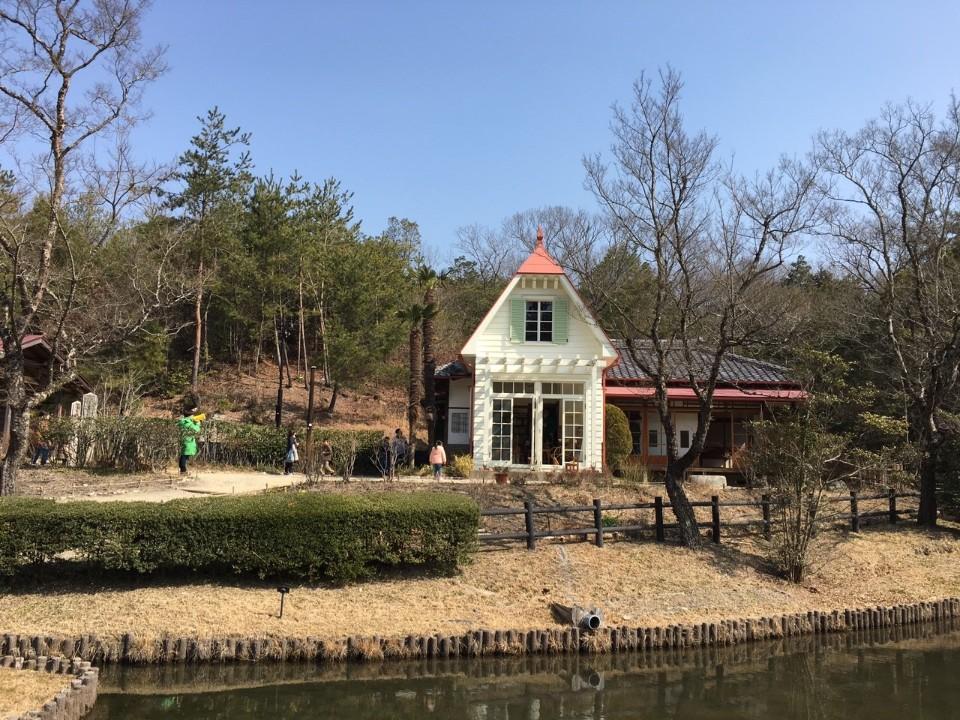 ►佇立在樹林與湖畔邊的歐日混搭小屋,完全是1:1還原打造