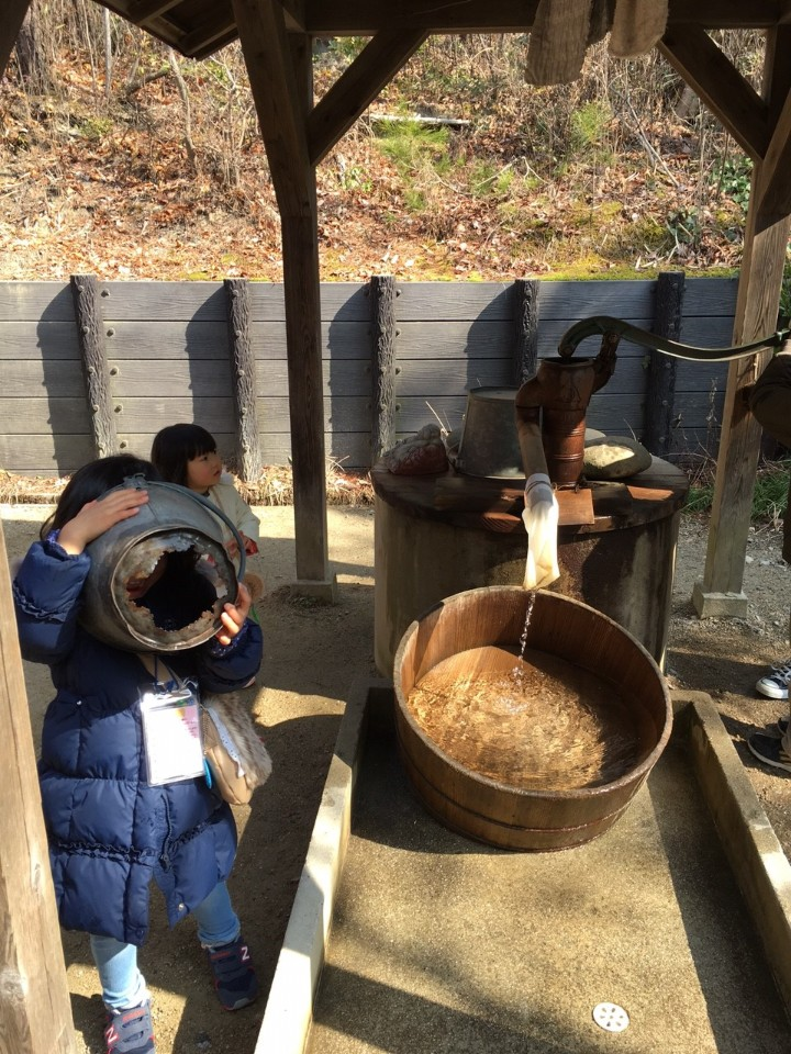 ►小梅拿著底部破洞的水桶在偷窺小龍貓