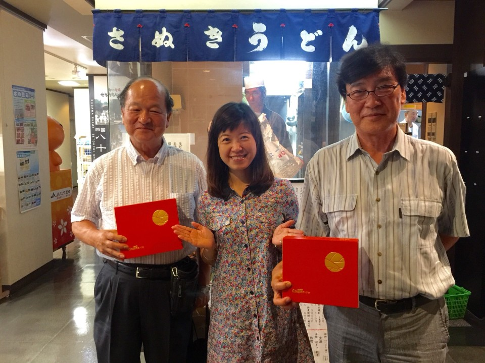 Mandy虛心向日本的前輩們請益,三不五時就前往日本交流學習。(右)紅帽子老闆「樋口浩司」(Higuchi Hiroshi);(左)冷凍物流品牌KOMA老闆。
