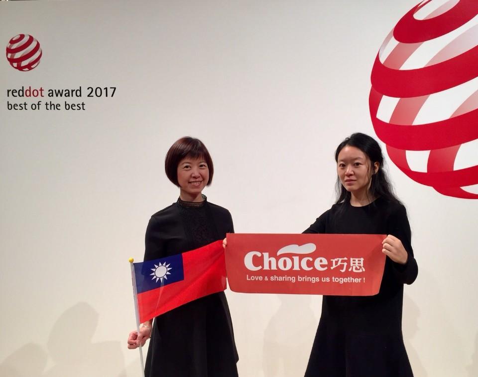當榮獲入選進入紅點博物館展示,Mandy開心地拿著台灣國旗在博物館前拍照。