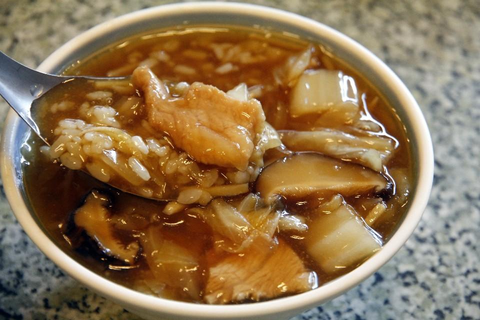 肉羹比較像是薄切的肉片,裹上薄薄的粉,吃起來滑順,也吃得到肉片的口感。(攝影/散客)