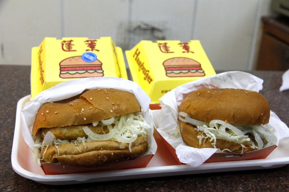 在地的嘉義人都知道,來這裡必吃現點現做的「台式漢堡」。(攝影/散客)
