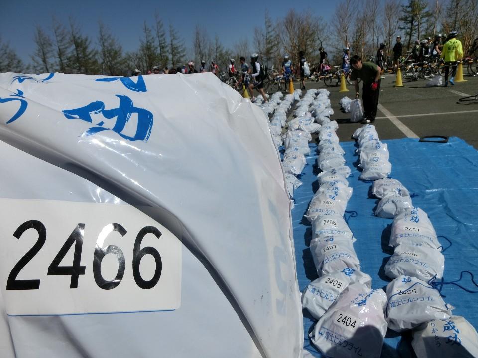 依序領取選手衣保袋,近萬人也依然井然有序