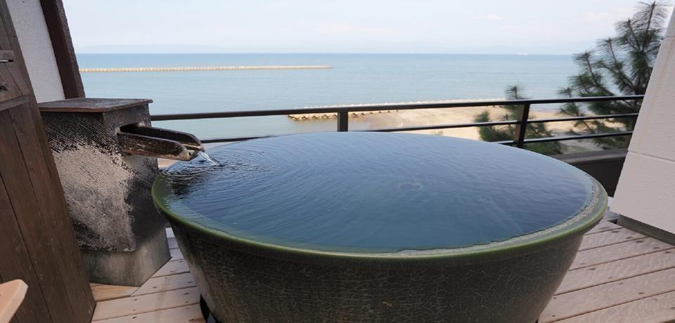 【日本溫泉飯店推薦】與大自然融為一體的溫泉飯店:臨海觀山的露天風呂 - threeonelee.com