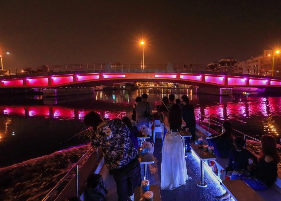 國慶連假搭台南運河遊船看光雕橋梁 暗光鳥優惠航次還送限定禮