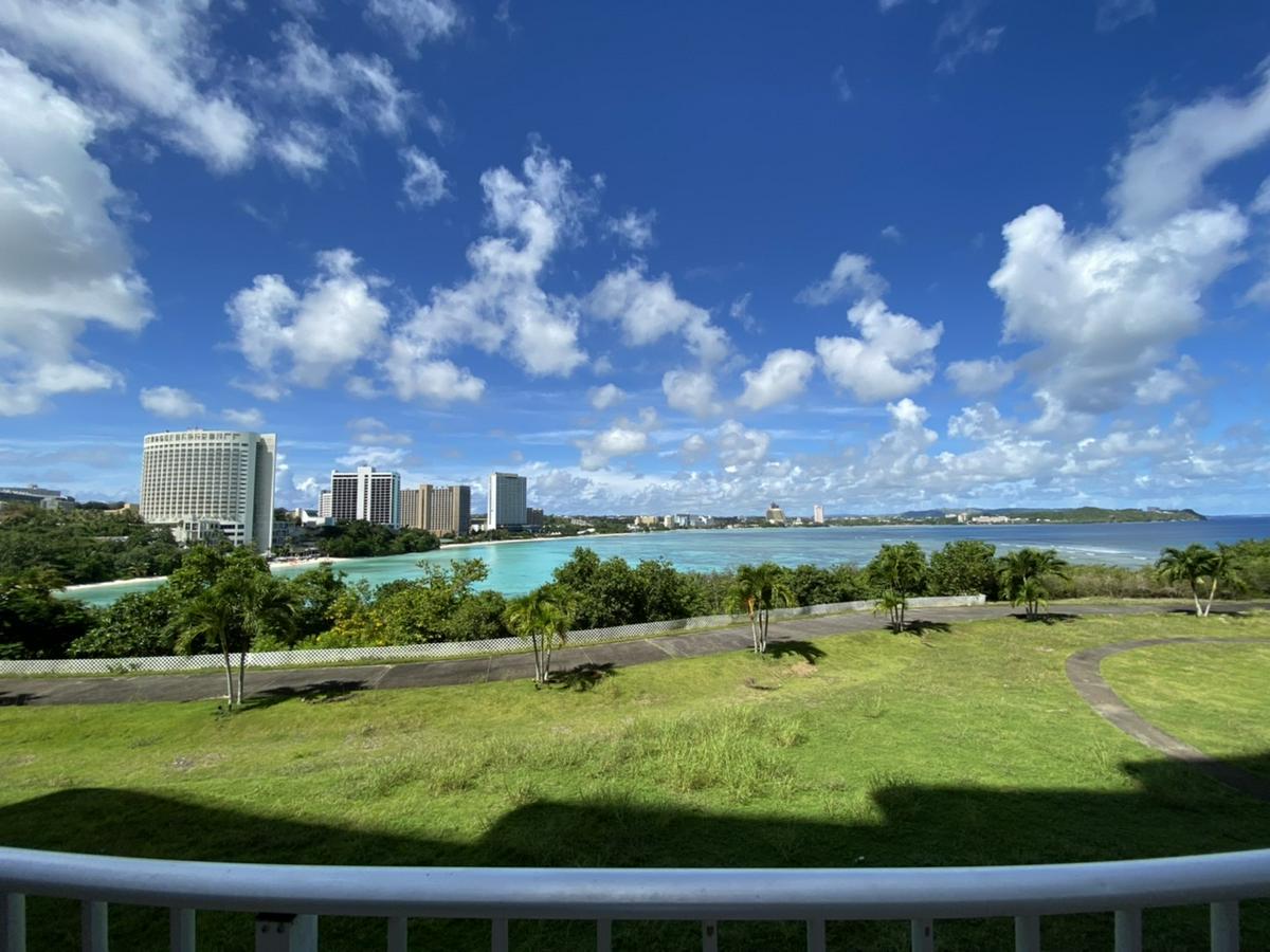 關島日航酒店的陽台景觀,並備有椅子可休息放鬆