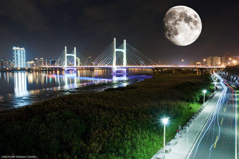 嘗試學習後製合成,為攝影作品增添趣味性。拍攝地點:淡水河河濱公園、重陽橋。(攝影/哈米貓)