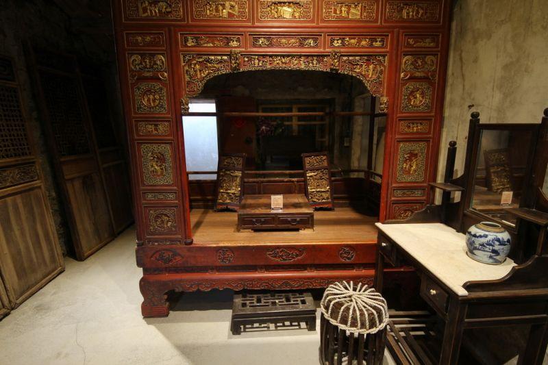 古時大戶人家為千金小姐訂製的千工床,工法細膩、雕刻華美。(攝影盧育君)