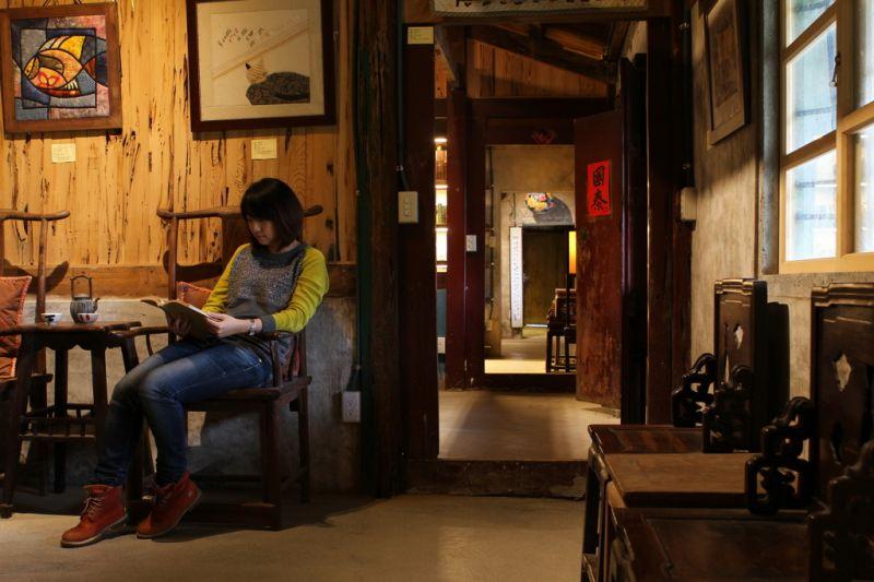 土角厝經過古董家具妝點,宛如歷史廂房。(攝影盧育君)