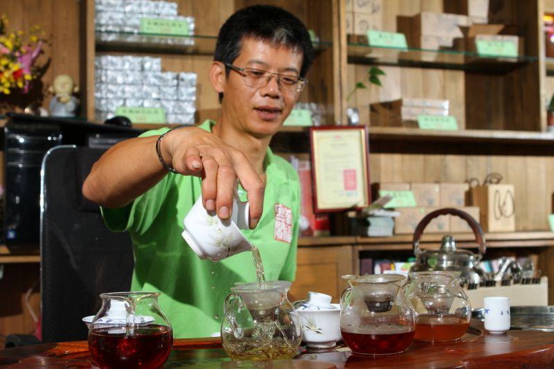 祥語農場老闆親切又健談,歡迎大家來喝杯茶好茶!(攝影盧育君)