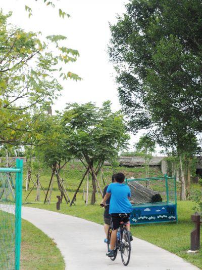在園區裡自在騎車逛遊,是最好的玩法。(攝影劉宸嘉)