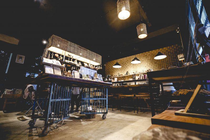 kituru一樓設有吧檯與展售小平台,看起來好有情調呢。(kituru提供)