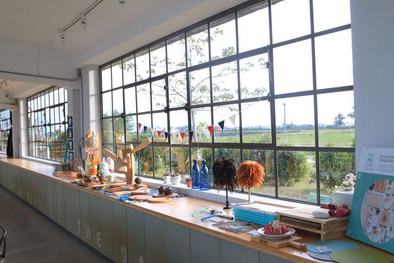 庫空間特意採用玻璃窗設計,白天裡感受得到暖暖日光,夜晚點燈後,這兒就像是個發光盒子般,很是浪漫。(庫空間提供)