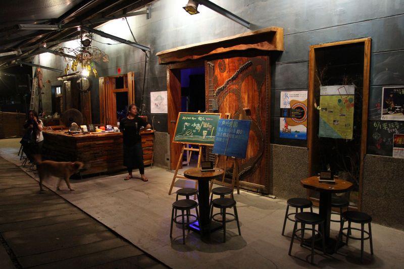 造訪鐵花村,點杯飲料坐在外頭,愜意享受台東的美好夜晚。
