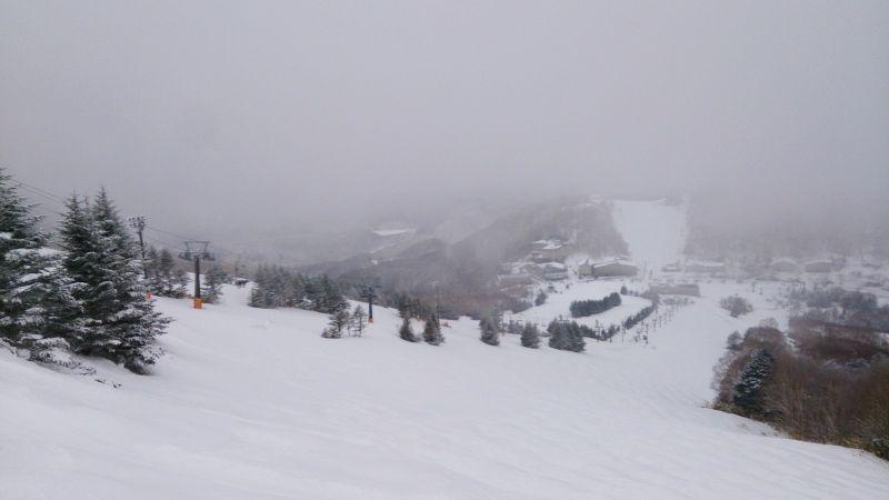 高天原上部的黑線,這裡是未壓雪區,很多亂雪饅頭。(photo by 阿福)