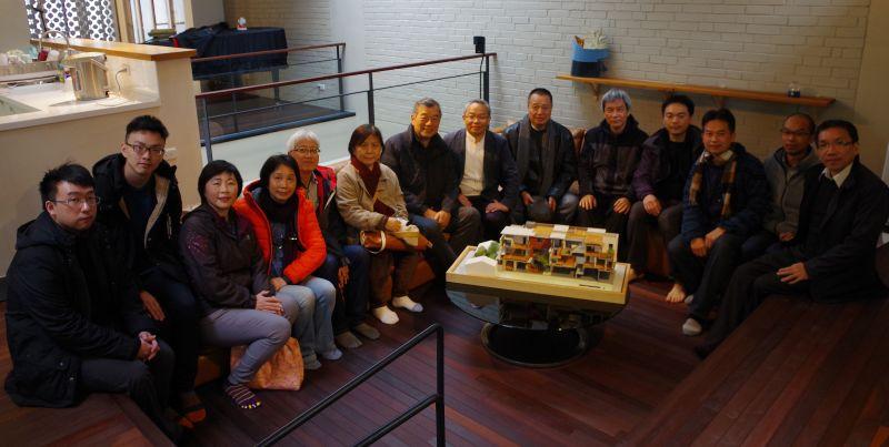 本屆決選評審、工作人員於宜蘭張宅合照;攝影:王進坤