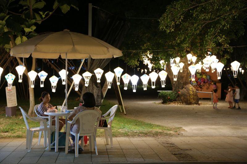 在紙燈籠的陪伴下,鐵花新聚落的慢食晚餐格外有FU。(台東縣政府提供)