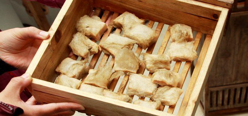 到這裡一定要嚐嚐徽洲傳統名菜 -毛豆腐,也就是長了一層濃密的白毛豆腐。(圖片來源:安徽繁體官網)
