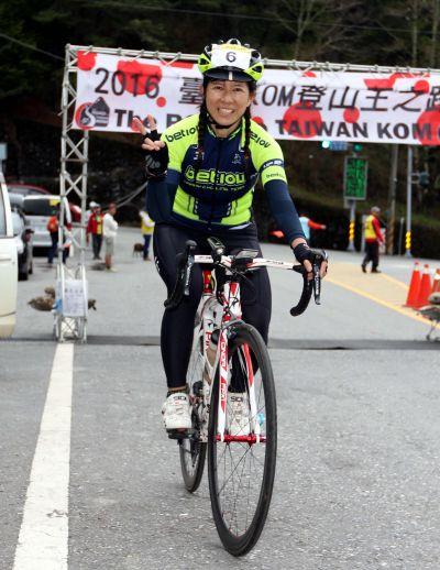 陳淑華衝越終點排名女子組第一。(中華自行車騎士協會提供)